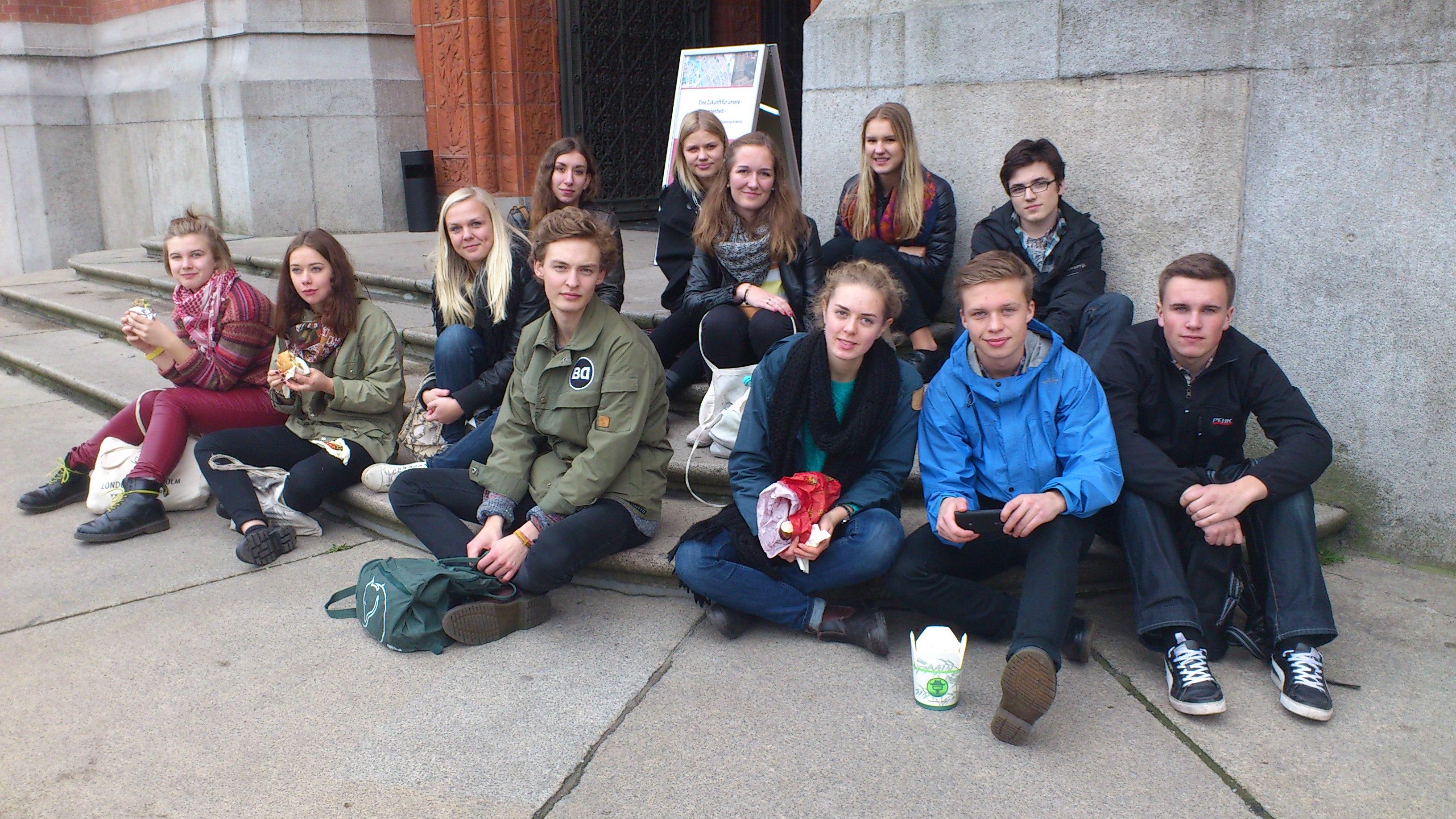 """Eleverna på trappen till """"Rotes Rathaus"""""""