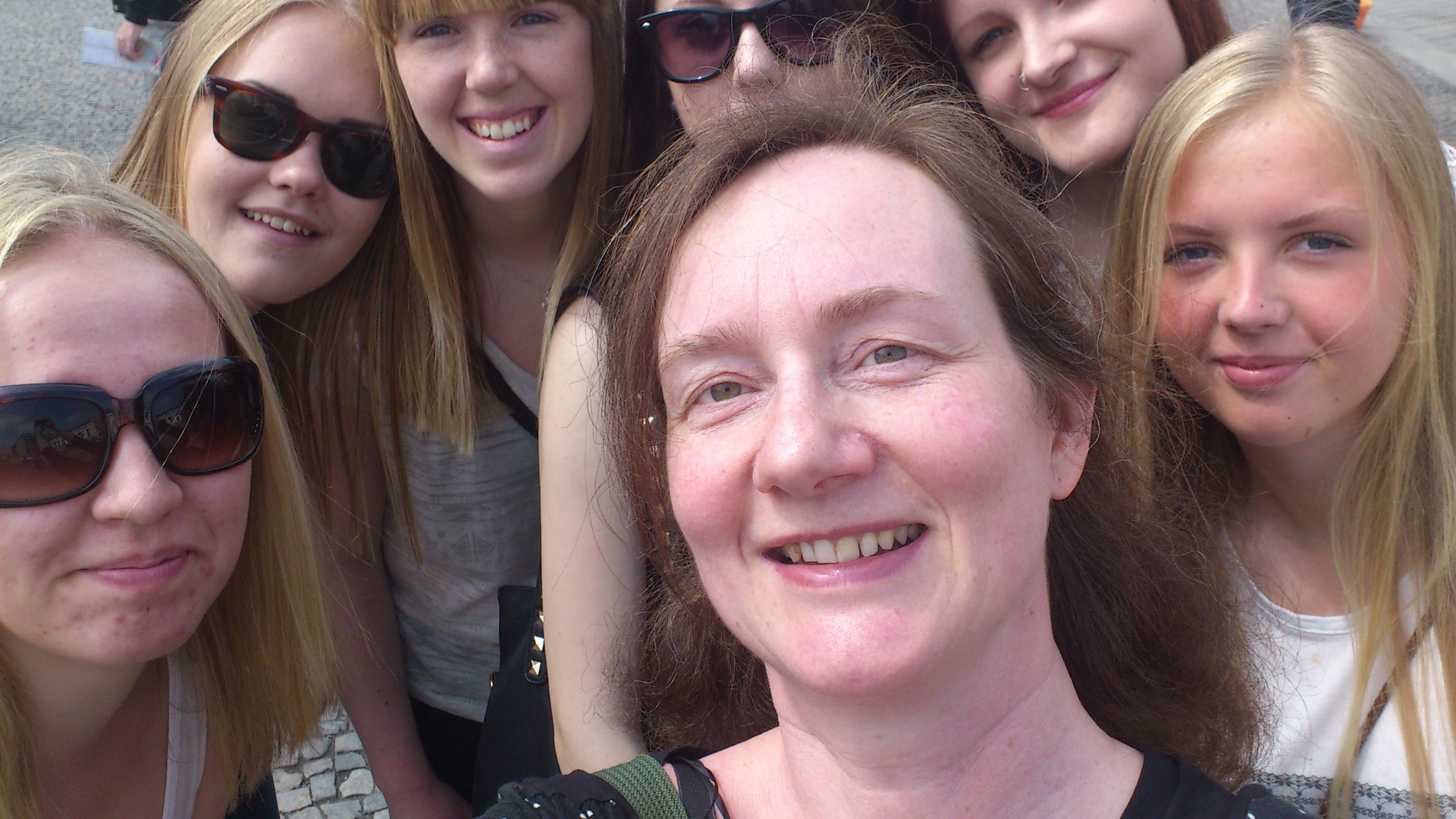 Lärare Cornelia Runsten Hippe med sina elever