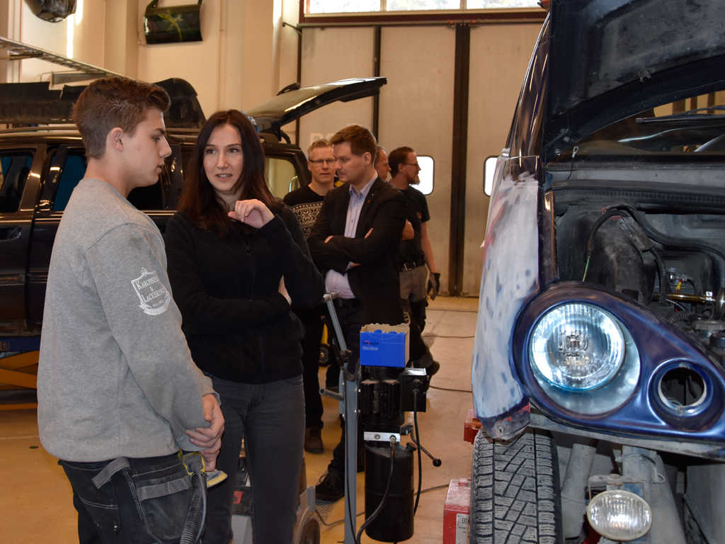 Gymnasie- och kunskapslyftsminister Aida Hadzialic med en elev från Fordons- och transportprogrammets inriktning Karosseri och lackering.