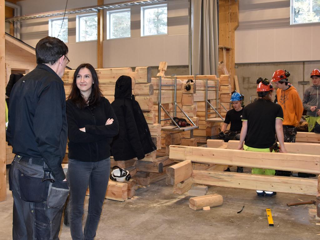 Karl-Ove Qvarfordt och en klass i arbete i Bygg- och anläggningsprogrammets nya bygghall.