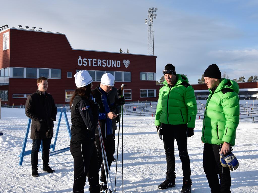 Ministern och hennes pressekreterare Gösta Brunnander tillsammans med Jean-Marc Chabloz och Pär Svärdfelt, tränare från Vintersport.
