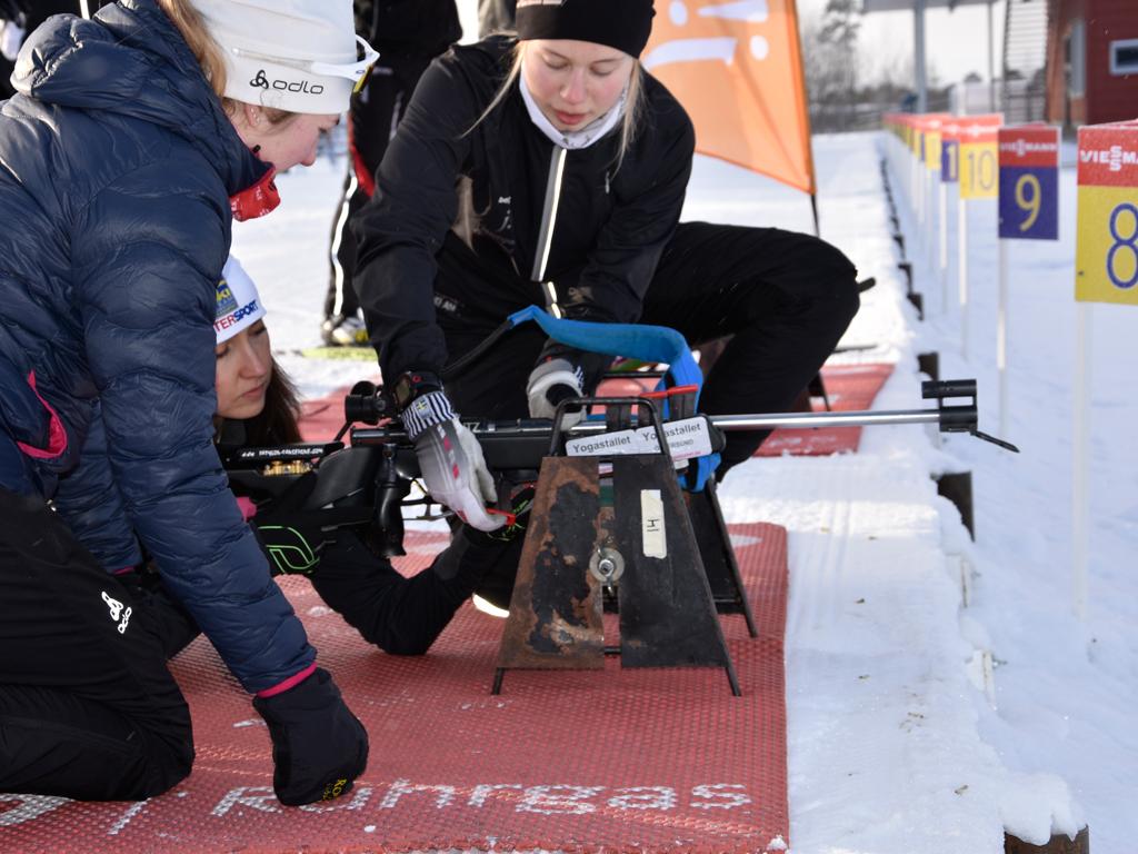 Elever från Vintersport visar ministern hur geväret fungerar.